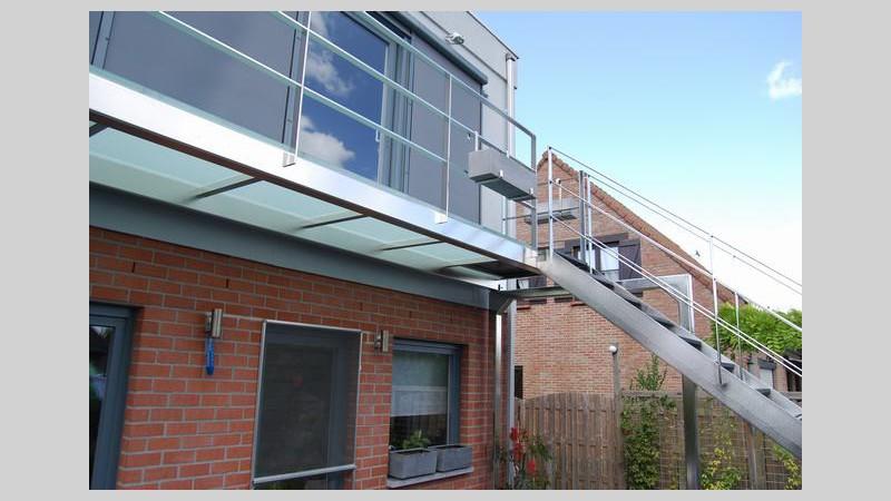 Balkon in mat glas met buiten trap for Buitentrap met bordes
