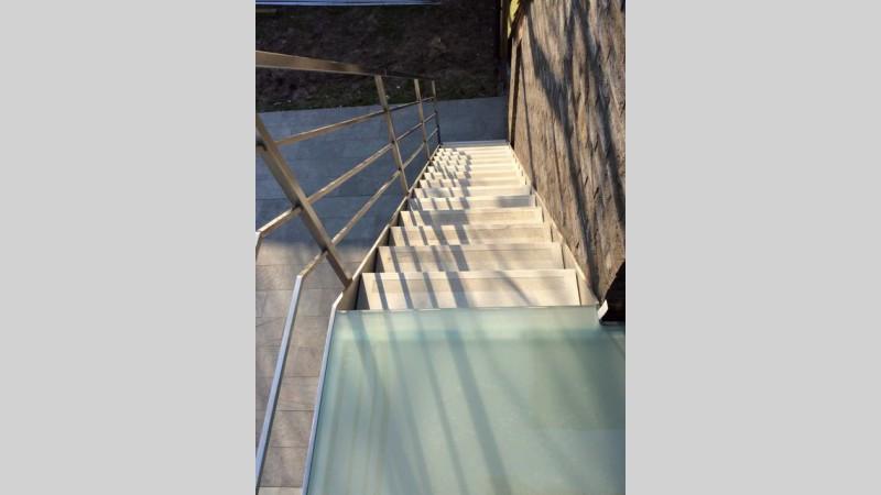 Inox trap met beton treden for Buitentrap met bordes